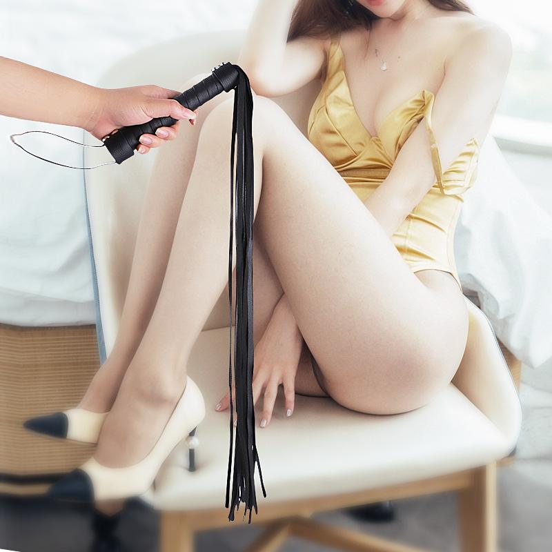 皮革调情教鞭黑色情趣小皮鞭拍子藤条羽毛成人调教工具-美咻咻商城